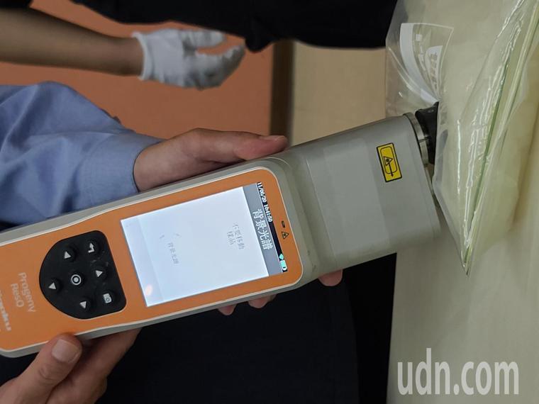 台北關查驗人員利用百萬元級的攜帶型拉曼光譜檢測儀來快速檢測毒品。記者鄭超文/攝影