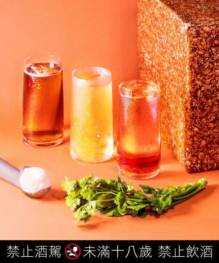 「熟成風味」的三款限定木桶熟成雞尾酒:「馬丁尼通寧」、「老朋友通寧」與「曼哈頓高...