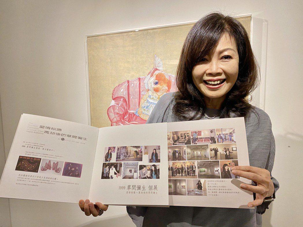 看著厚厚一疊的畫冊,張麗莉著實有感而發,30年的展覽過程歷歷在目。記者宋健生/攝...
