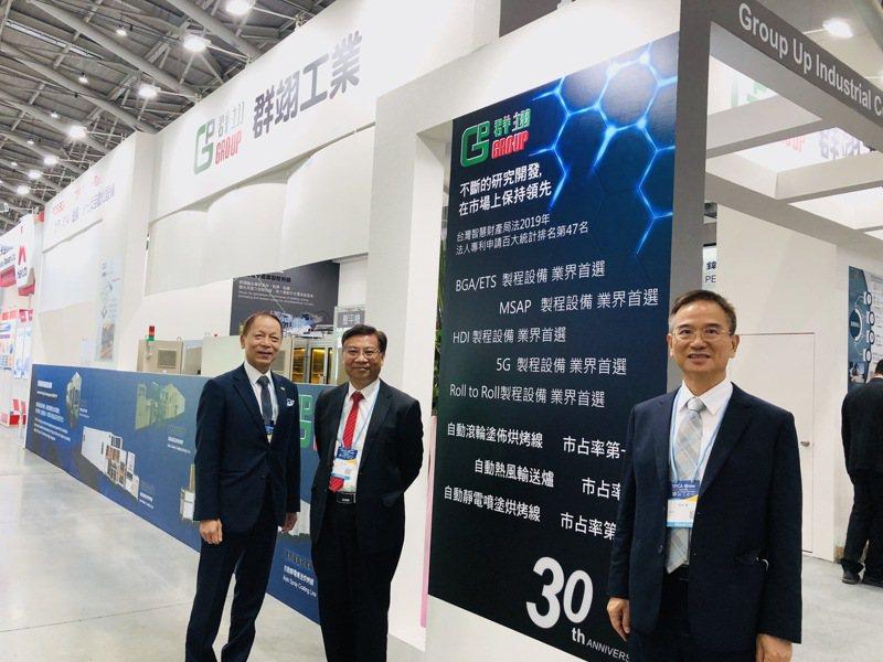 群翊在電路板國際展會上展出的真空壓平貼膜機將成為第4季營運動能。記者尹慧中攝影