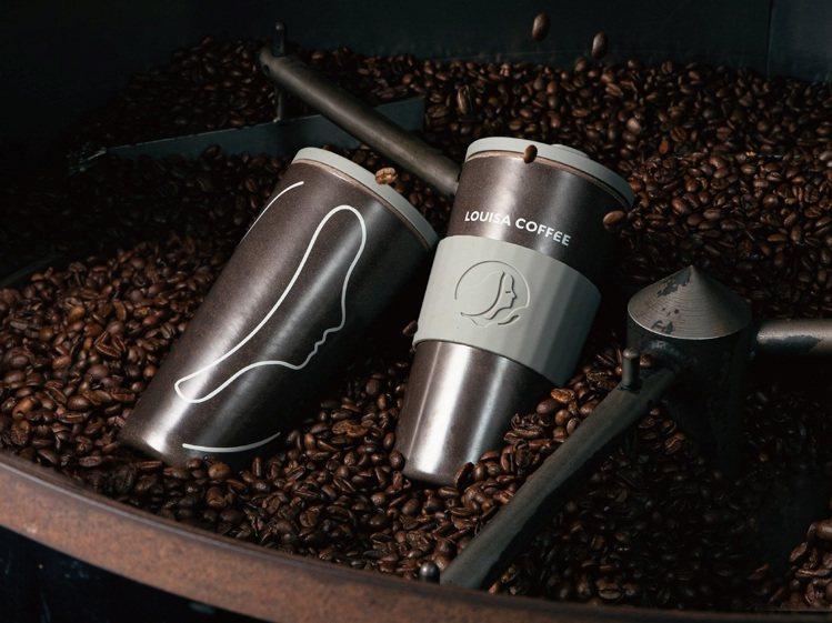 路易莎致力於咖啡循環經濟,將咖啡渣回收製成咖啡循環杯,11月起陸續取代門市原有內...
