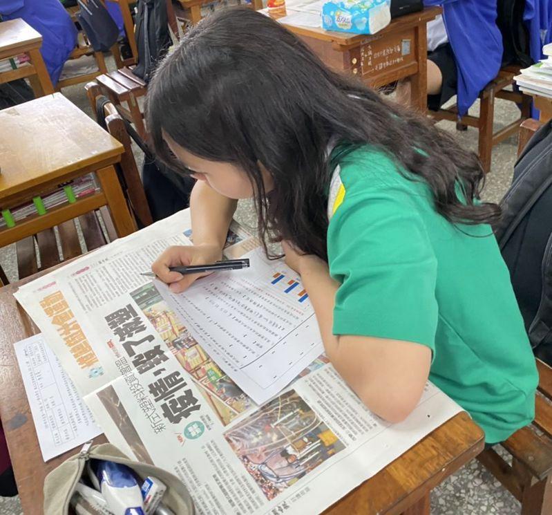 新竹湖口中學的學生專心閱讀《好讀》周報。圖/新竹湖口中學提供_