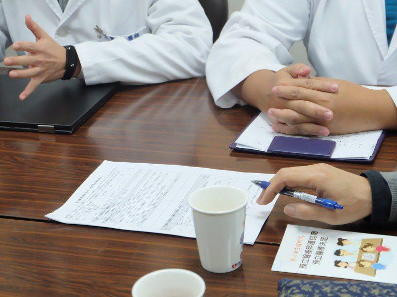 「病人自主權利法」上路近兩年,但簽署「預立醫療決定」需先自費3000到3500元到門診諮商,專家認為會影響民眾簽署意願。圖/羅東博愛醫院提供