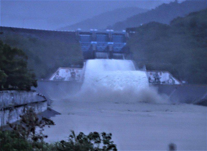 閃電颱風帶來豪雨,屏東牡丹水庫逼近滿水位,下午緊急啟動主排洪道,以每秒345立方公尺速度調節性洩洪,氣勢懾人。記者潘欣中/攝影