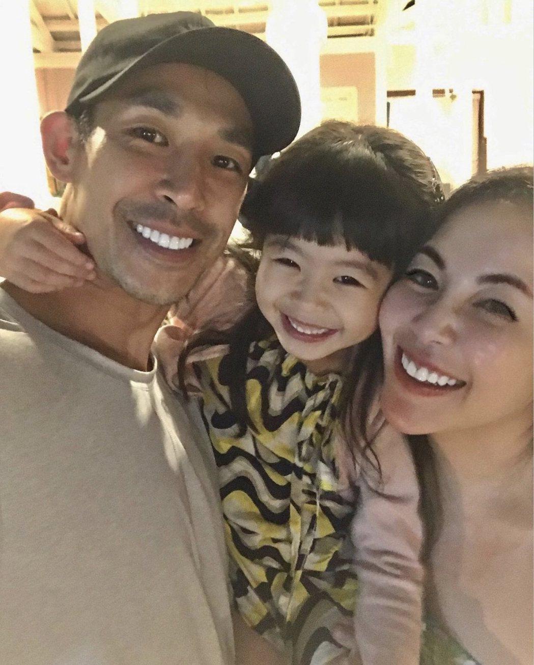 藍鈞天和老婆Fiona、女兒Riley 一家三口超幸福。圖/摘自IG