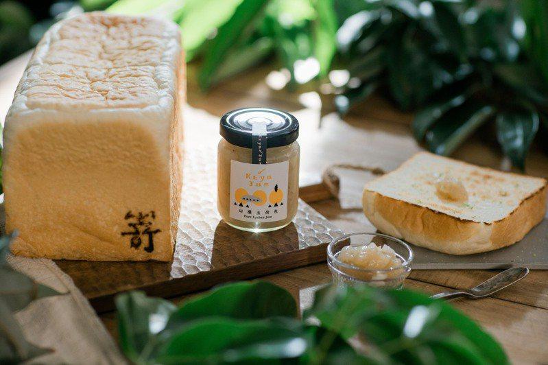 果醬女王柯亞的山禮玉荷包果醬,與嵜本SAKImoto Bakery高級生吐司專門店的極生奶油牛奶生吐司組成禮盒。圖/嵜本 SAKImoto Bakery提供