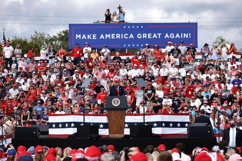 從開票結果看來,川普在南方共和黨傳統票倉依舊保有橫掃千軍的魅力,傳統保守白人選民對川普支持度高達六成以上。圖為川普選前在佛州造勢。歐新社