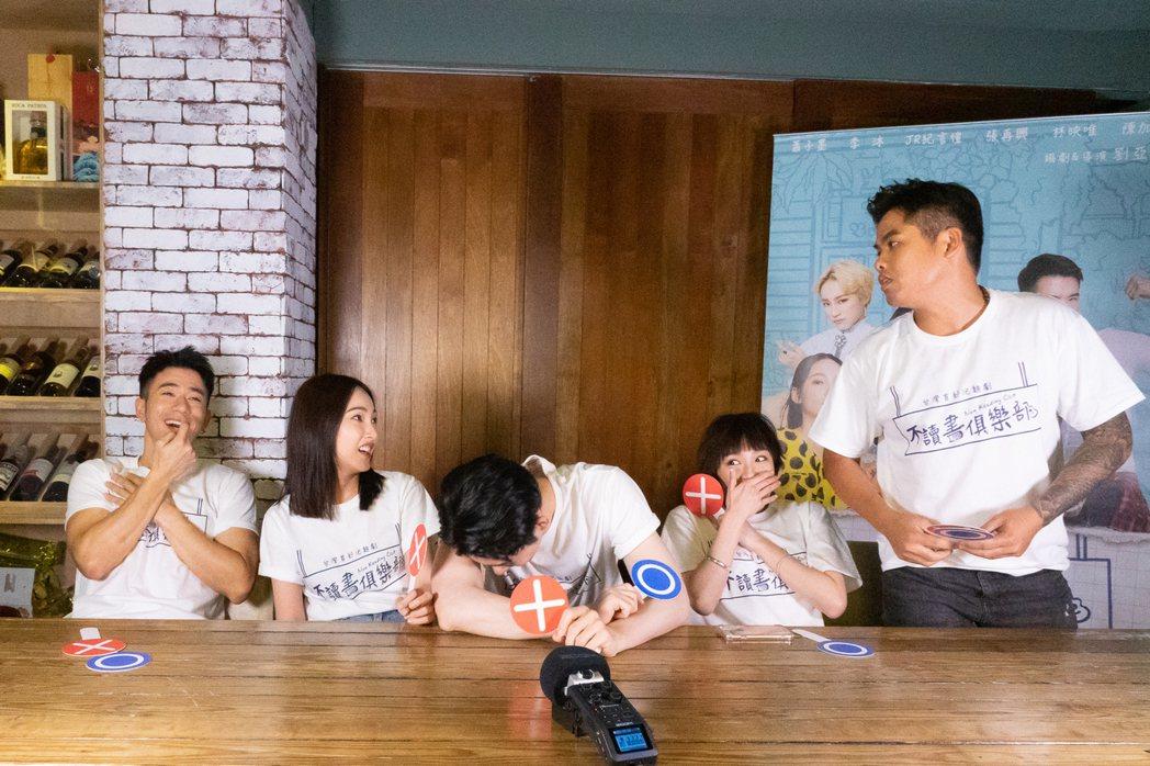 「不讀書俱樂部」辦慶生,張再興(右)突然發脾氣,嚇壞在場人。圖/双喜電影提供