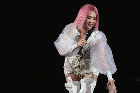 楊丞琳出道20周年,今晚起一連3天在台北小巨蛋舉辦「LIKE A STAR」世界巡演,她為演唱會擔任總策劃,從歌單到演出設計都親自參與;開場她在宛如魔術方塊的三層轉動舞台現身,以一頭粉髮搭配球鞋馬甲...