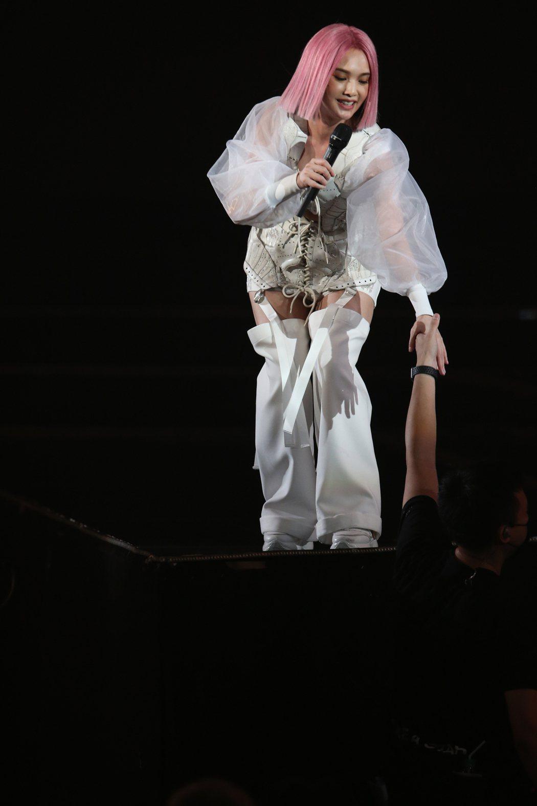 楊丞琳首場演唱會一開場就發生墜樓意外。記者許正宏/攝影