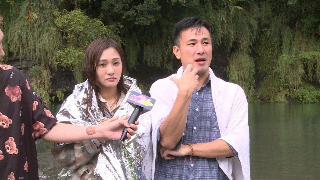 邱子芯(左)、傅子純為「多情城市」拍攝外景戲,接受「娛樂超skr」節目訪問。圖/