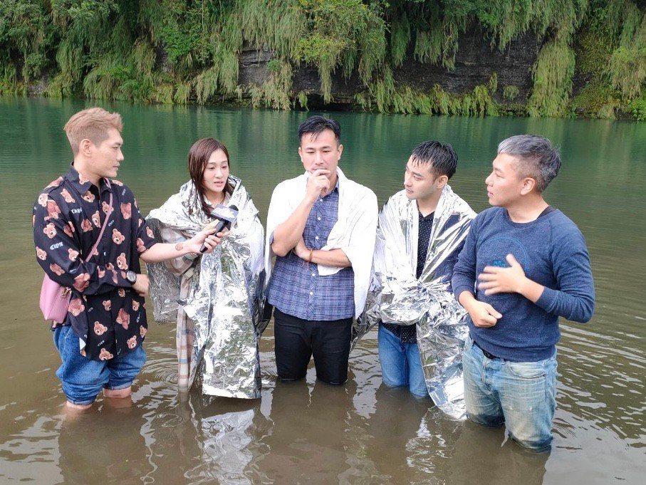 小路(左起)、邱子芯、傅子純、潘柏希、阿甘在水中進行訪問。圖/民視提供