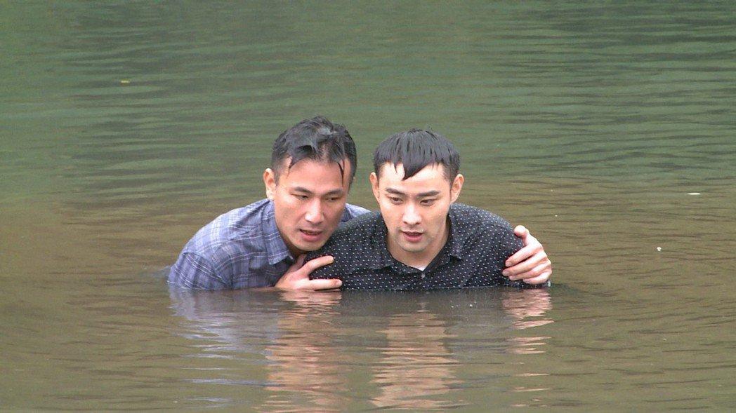 傅子純(左)、潘柏希日前拍攝「多情城市」落水救人戲。圖/民視提供