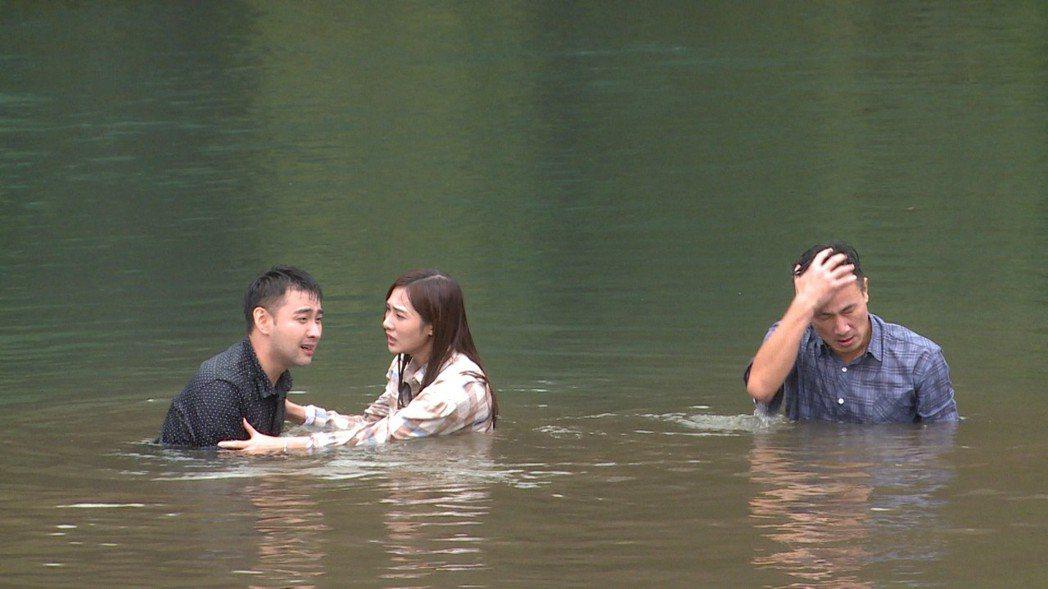 潘柏希(左起)在戲中跳湖,邱子芯試圖勸解,傅子純在一陣拉扯後疲憊不堪。圖/民視提...