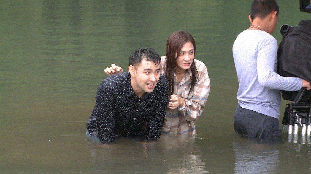潘柏希(左)、邱子芯拍攝一場跳湖戲,天氣寒冷,2人冷到渾身皮皮剉。圖/民視提供