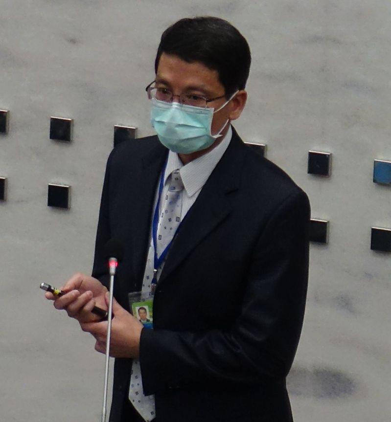 高雄市財政局長陳勇勝第一次到議會財經部門報告,就被藍綠議員追問高市自籌財源比例偏少的難題。記者楊濡嘉/攝影