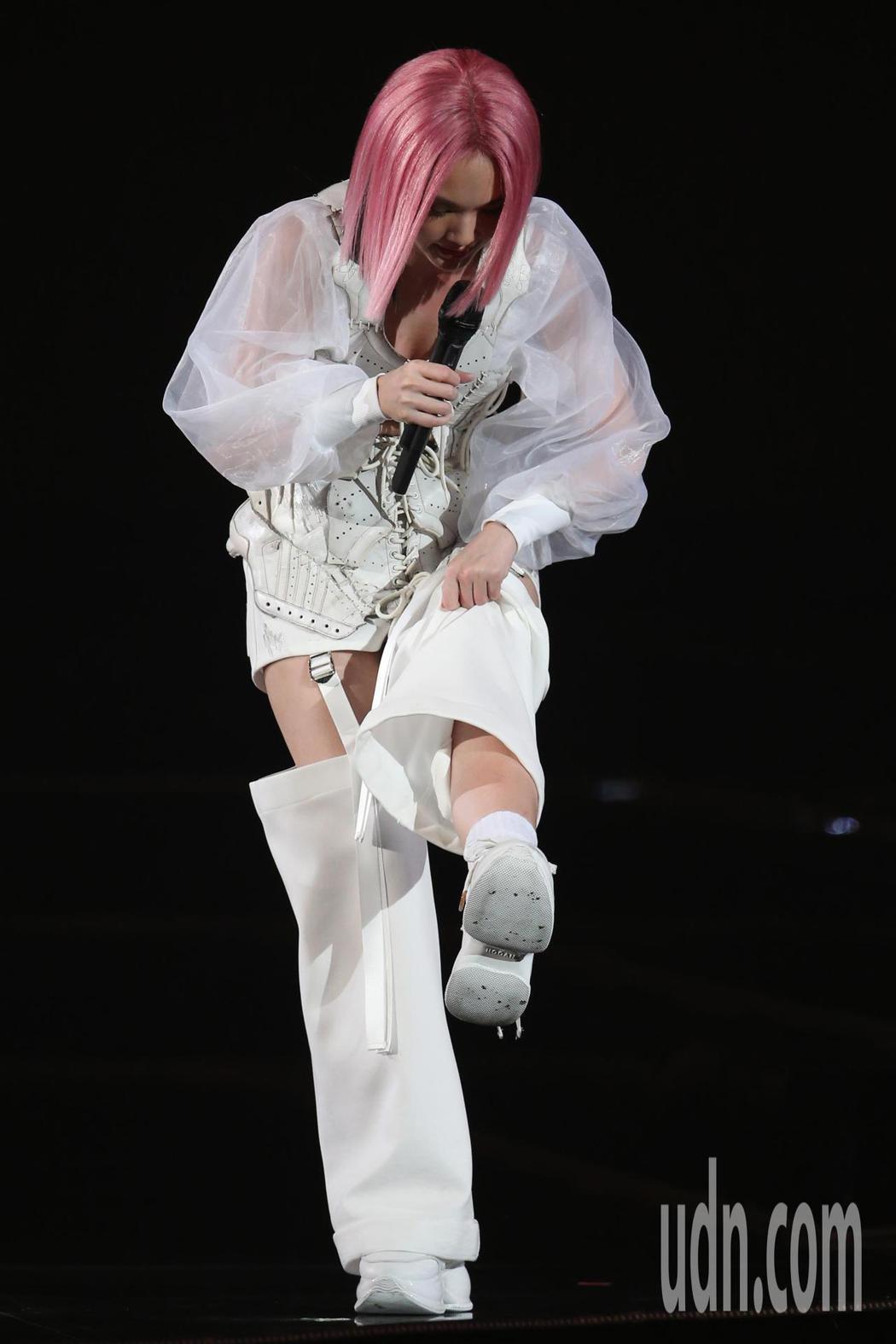 藝人楊丞琳(圖)在台北小巨蛋舉辦演唱會,一登場她在三層樓高的舞台上表演,告一段落...