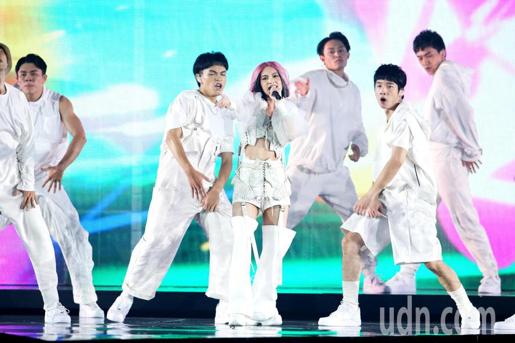 迎接出道20週年,藝人楊丞琳(中)一連三天在台北小巨蛋舉辦演唱會,一登場她在三層...