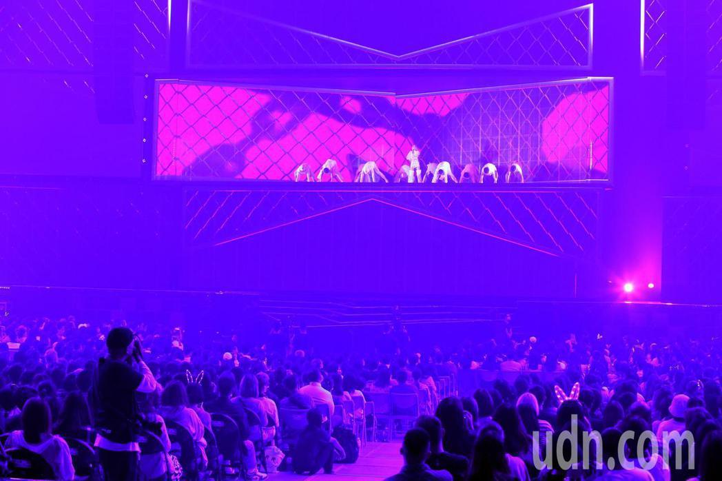 藝人楊丞琳在台北小巨蛋舉辦演唱會,一登場她在三層樓高的舞台上表演,告一段落後,她...