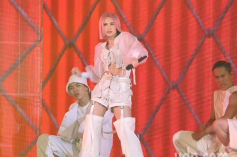迎接出道20週年,藝人楊丞琳一連三天在台北小巨蛋舉辦演唱會,一登場她在三層樓高的舞台上,以黑唇、白馬甲率領20位舞者帶來「BAD LADY」單曲,表演暫告一段落後,她走上舞台與觀眾聊天,自爆剛剛發生...