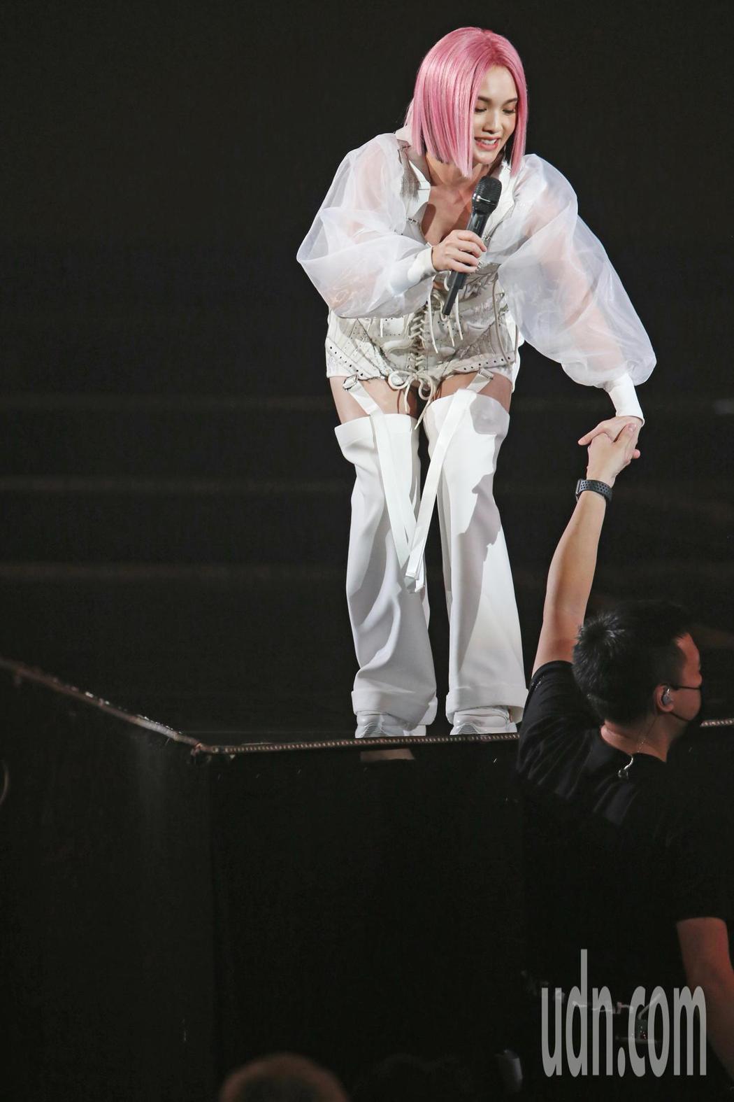藝人楊丞琳(上)在台北小巨蛋舉辦演唱會,一登場她在三層樓高的舞台上表演,告一段落...