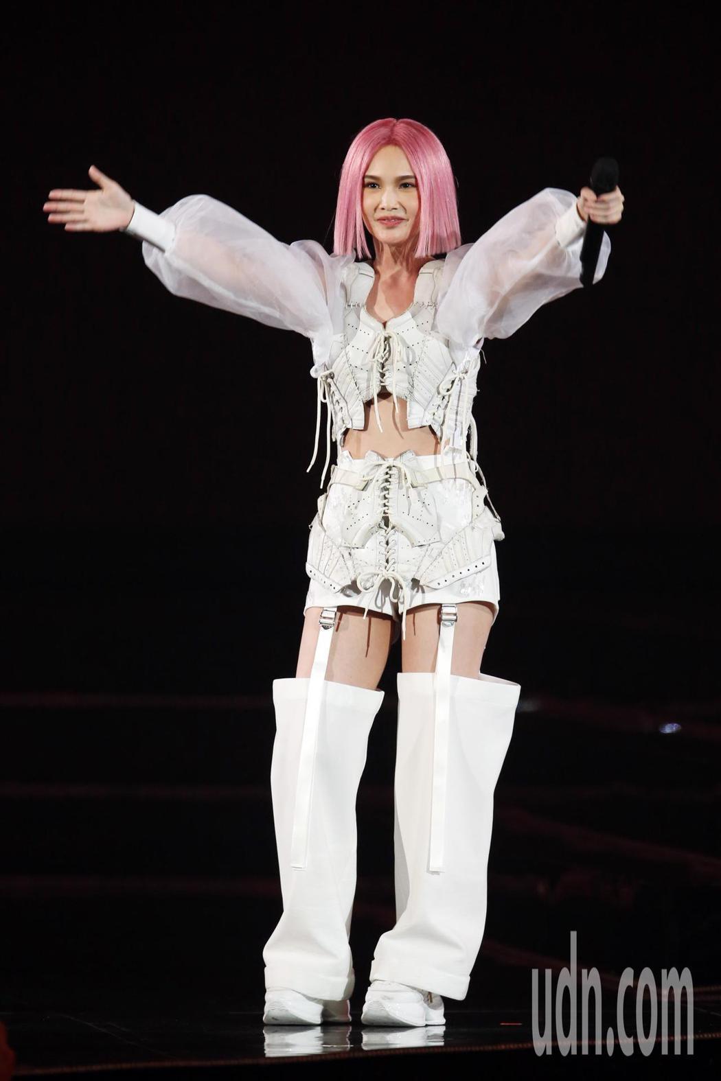 迎接出道20週年,藝人楊丞琳(圖)一連三天在台北小巨蛋舉辦演唱會,一登場她在三層...