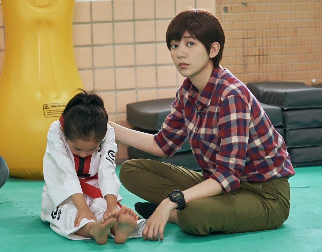 郭雪芙在劇中教飾演姪女的童星暖身。圖/八大電視提供