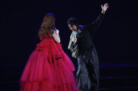 楊丞琳迎接出道20周年,今晚起一連3天在台北小巨蛋舉辦「LIKE A STAR」世界巡演,開場她在宛如魔術方塊的三層轉動舞台現身,與10名男舞者在兩層樓高的舞台上唱跳新歌三連發,沒想到才唱完第一首就...