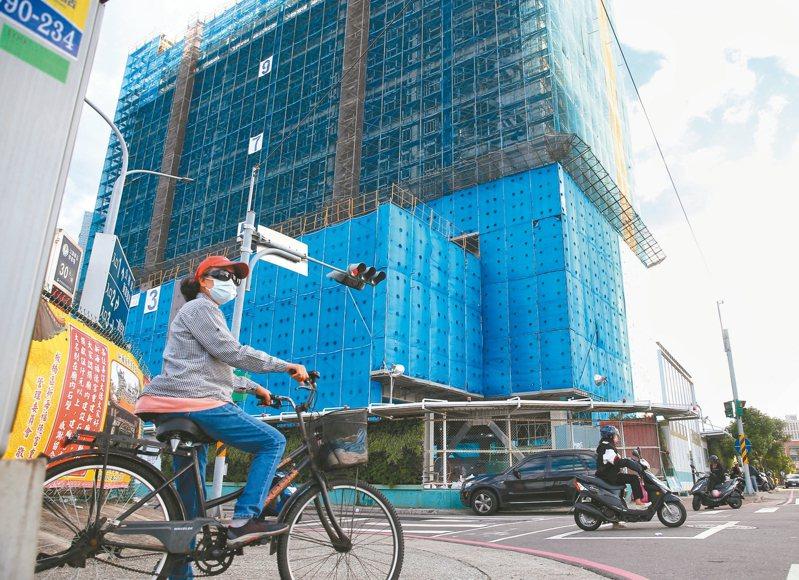 北區國稅局的不動產專案查稅小組不只查今年的紅單和預售屋交易,也針對轄區內近幾年的大型建案,向建商索取預售屋交易資料。 記者林伯東/攝影