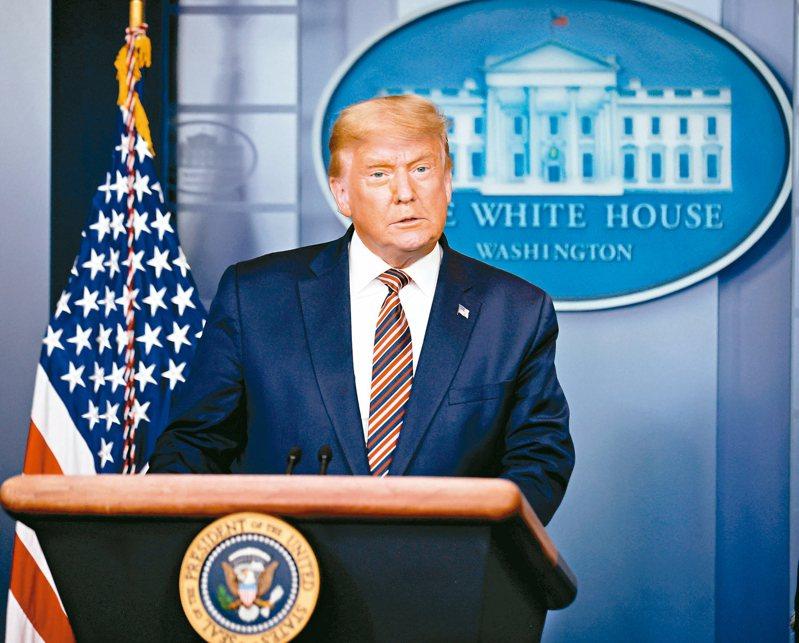 美國總統川普五日在白宮簡報室大談選舉陰謀論。 路透