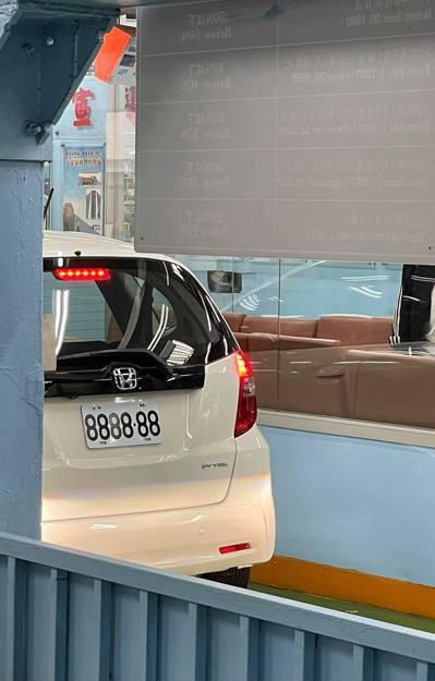 民眾在路上看見一台本田(Honda)的Fit 1.5 VTi車款,上面掛著「88...
