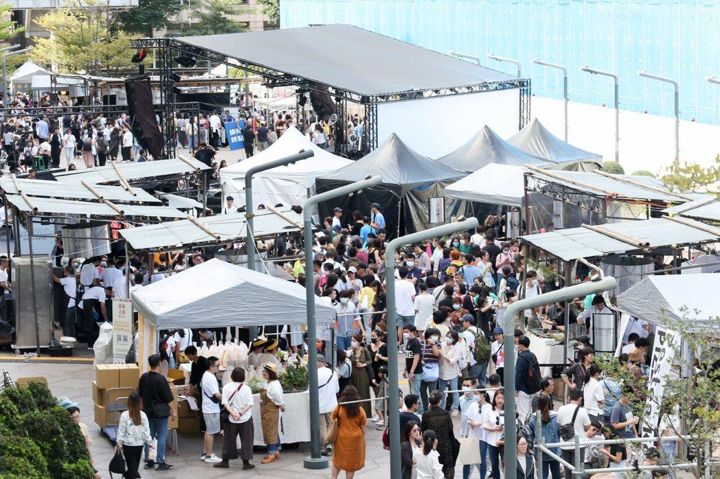 「500趴」,精彩的現場演出、美味餐點和各式市集攤位吸引超過三萬人次到場。 記者...