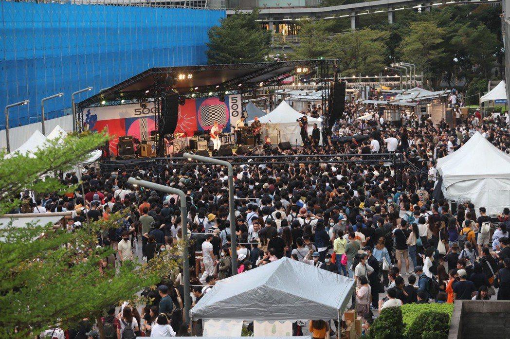 今日人潮塞爆活動現場。記者陳立凱/攝影