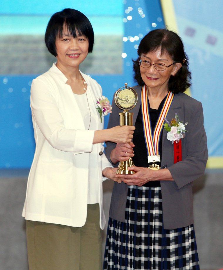 醫療奉獻獎頒獎典禮昨天舉行,聯合報社長游美月(左)將個人醫療奉獻獎頒給許瓊心醫師...