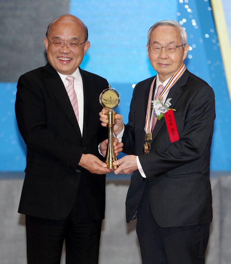 醫療奉獻獎頒獎典禮昨天舉行,行政院長蘇貞昌(左)將個人醫療奉獻獎頒給朱樹勳醫師。...