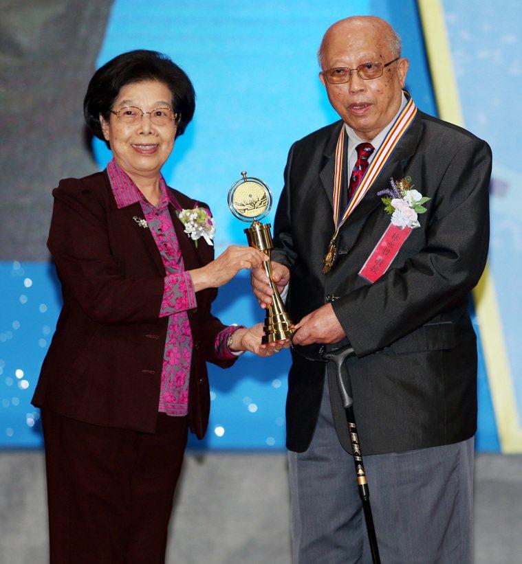 醫療奉獻獎頒獎典禮昨天舉行,監察院前院長張博雅(左)將個人醫療奉獻獎頒給林永哲醫...