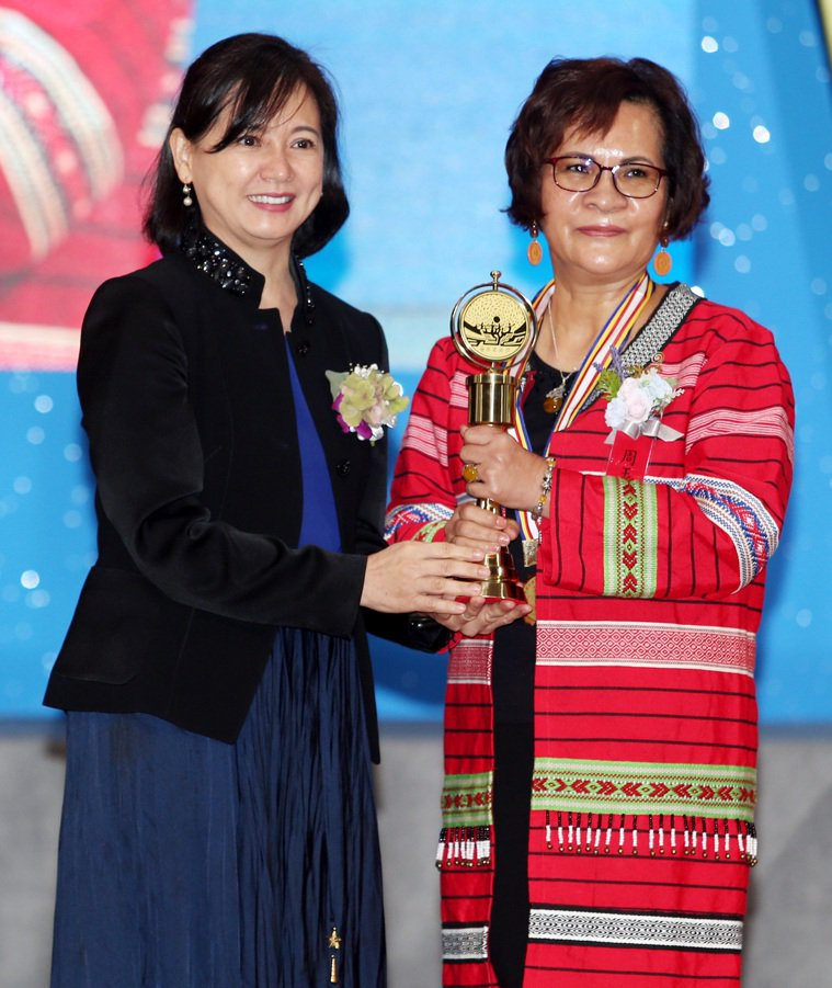 醫療奉獻獎頒獎典禮昨天舉行,TVBS副總詹怡宜(左)將個人醫療奉獻獎頒給周玉英護...