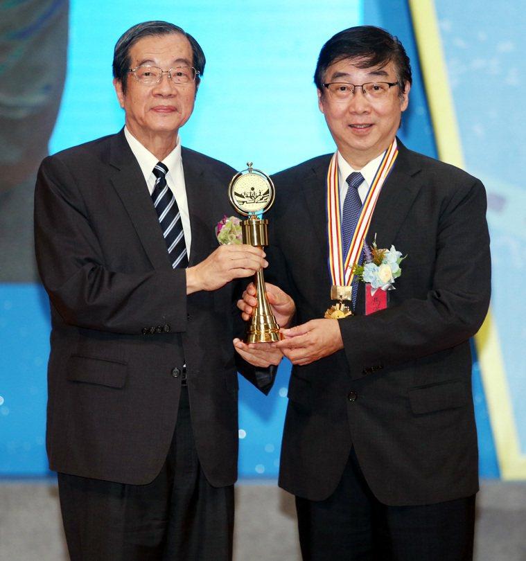 醫療奉獻獎頒獎典禮昨天舉行,考試院長黃榮村(左)將個人醫療奉獻獎頒給呂若瑟神父,...