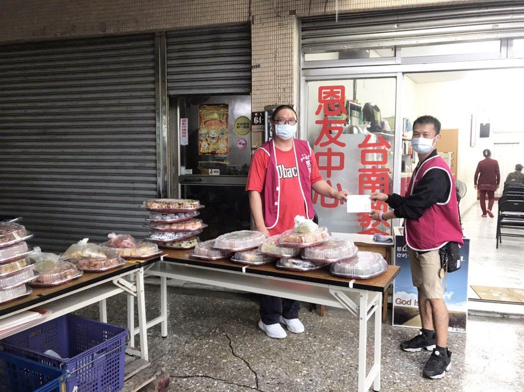 幸福家不動產將100份活動餐點捐助台南教會恩友中心。 業者/提供