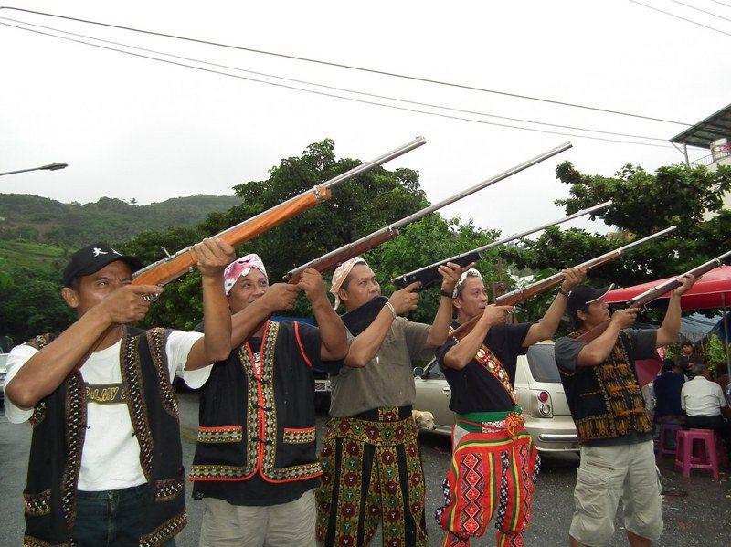 原住民在重要節慶常會佩帶禮刀、鳴獵槍,總統、副總統出席原住民祭典活動,常讓維安人員繃緊神經。記者尤聰光/攝影