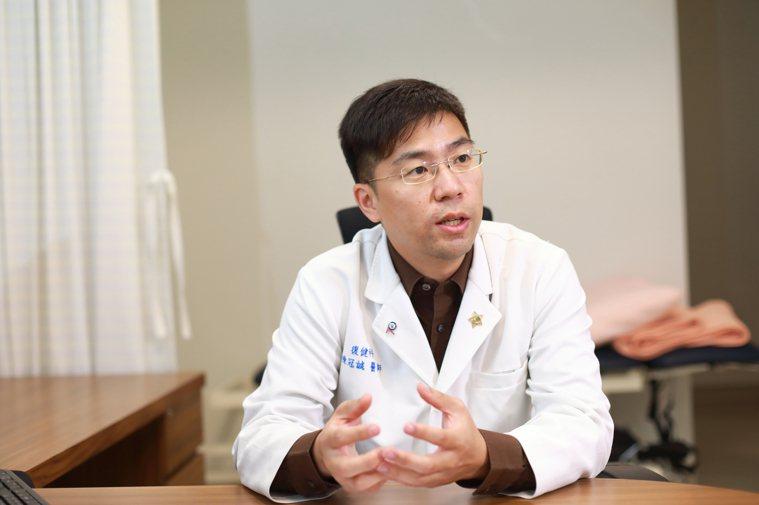 台大醫院復健部醫師陳冠誠提醒慢性腎臟病患者,要運動練習肌力,以免發生肌少症。圖/...