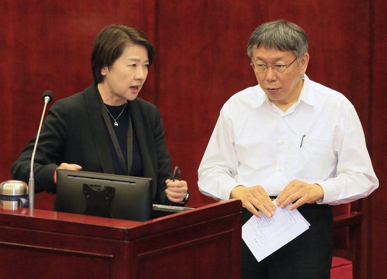 台北市長柯文哲(右)要交棒給誰,檯面上似乎屬意副市長黃珊珊(左),但柯也在市議會答詢時表態,不排除支持國民黨蔣萬安。圖/聯合報系資料照片