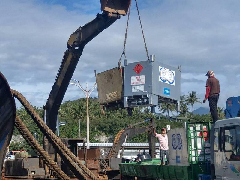 中油公司的油料,一箱一箱運上貨輪。記者油蔥光/攝影