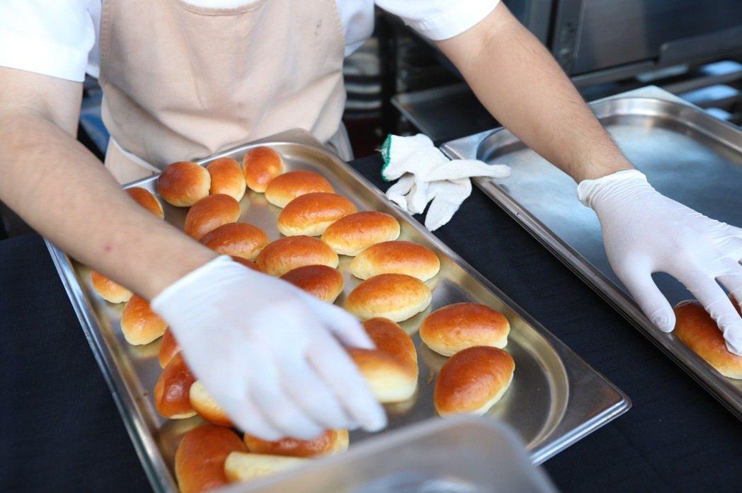 RAW為「500趴」特製的限定套餐,正緊鑼密鼓備餐中。記者/吳致碩攝影。