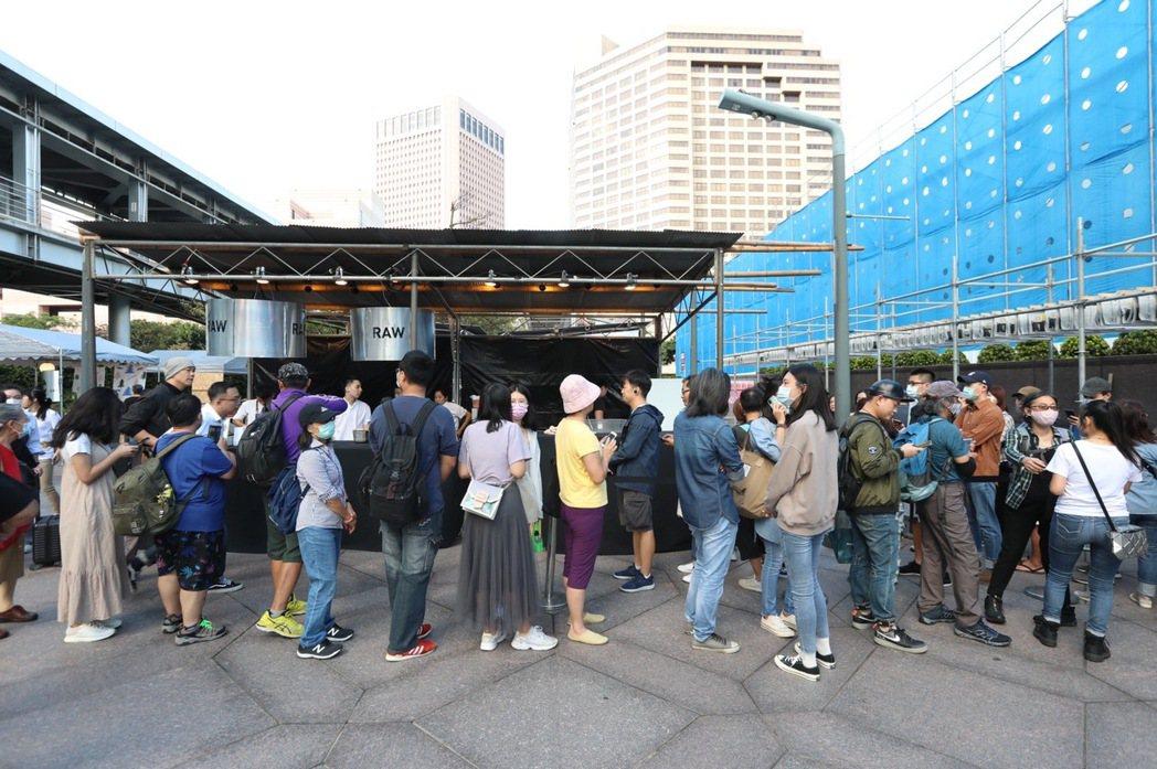 早上10點過後不久,現場就出現排隊人潮。記者/吳致碩攝影。