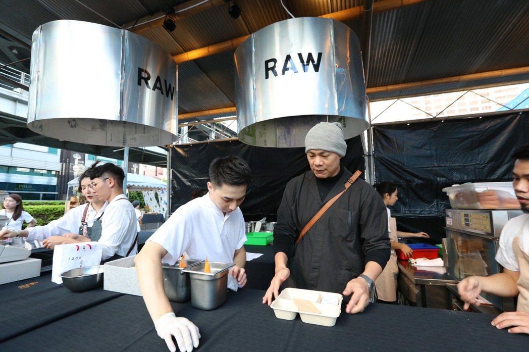 RAW創辦人江振誠在現場與同事討論工作動線。記者/吳致碩攝影。