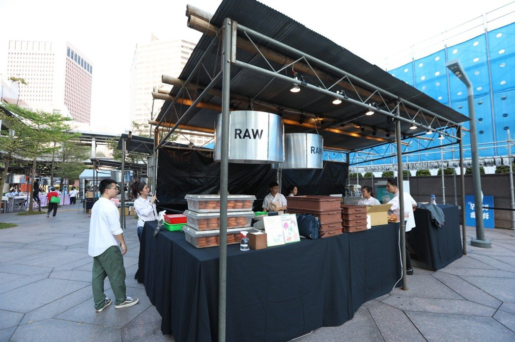 RAW在「500趴」所使用的攤位招牌,是聯合報印製過程中所使用的鋁板。記者/吳致...
