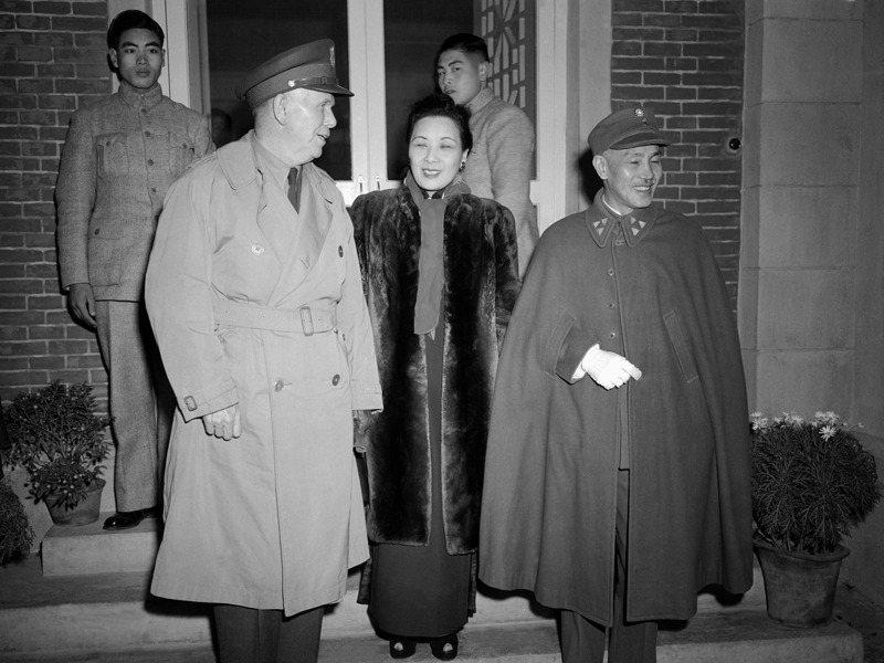 美國總統杜魯門1948年競選連任時,蔣中正保持中立,圖為1945年杜魯門派遣馬歇爾(左)出使中國,調停國共關係,與蔣中正(右)、蔣宋美齡(中)夫婦見面。美聯社