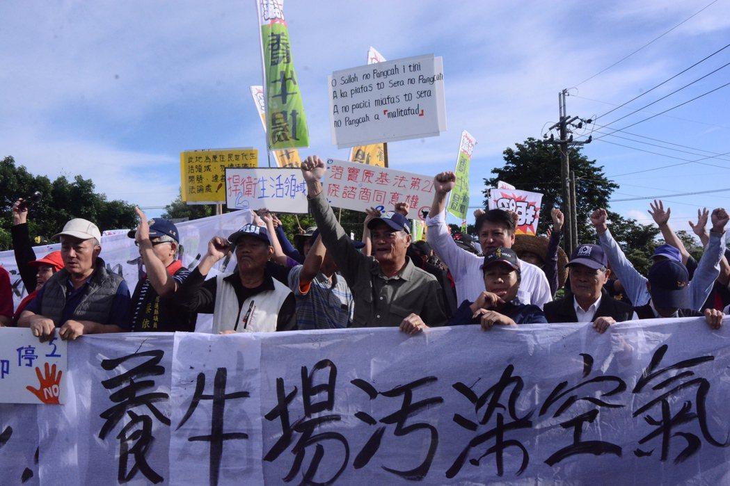 花蓮縣光復鄉太巴塱、馬佛部落數百族人,今天抗議畜牧業者設養牛場。記者王燕華/攝影