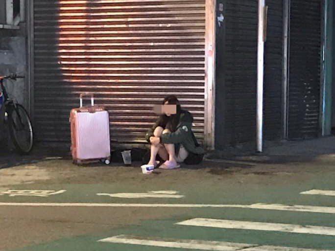 中壢火車站前晚有名年輕女子,獨自一人坐在車站外的角落,引起網友熱議。記者高宇震/翻攝